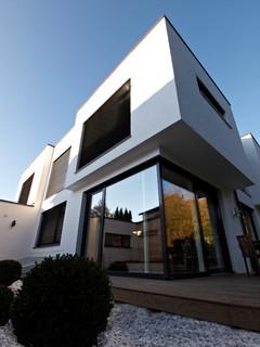 haus t auskragende fassadenelemnte modern haus. Black Bedroom Furniture Sets. Home Design Ideas
