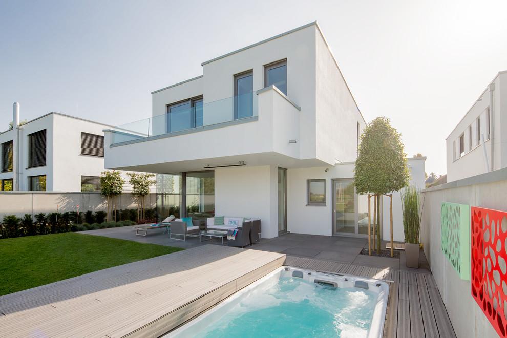 Großes, Zweistöckiges, Weißes Modernes Einfamilienhaus mit Putzfassade und Flachdach in Düsseldorf