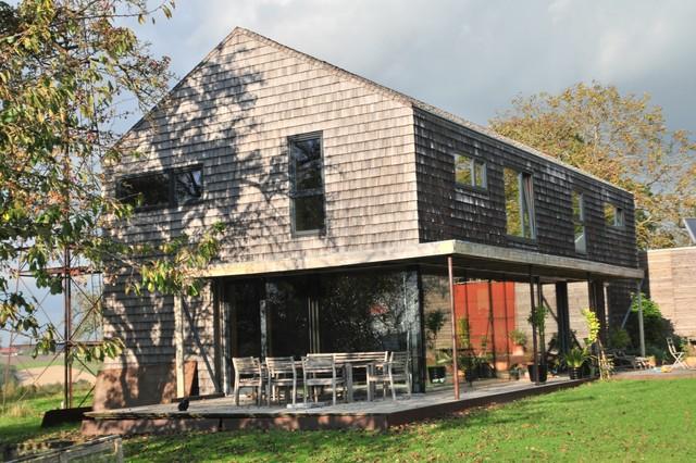 Holzhaus im amerikanischen Stil mit Holzvertäfelung