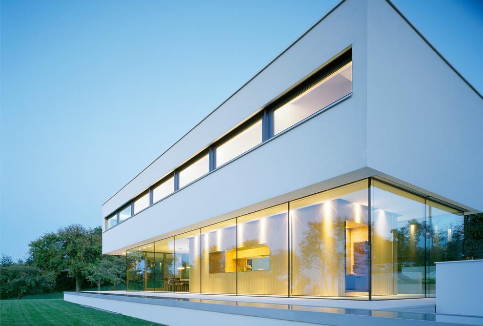 Esempio della facciata di una casa grande bianca moderna a due piani con tetto piano