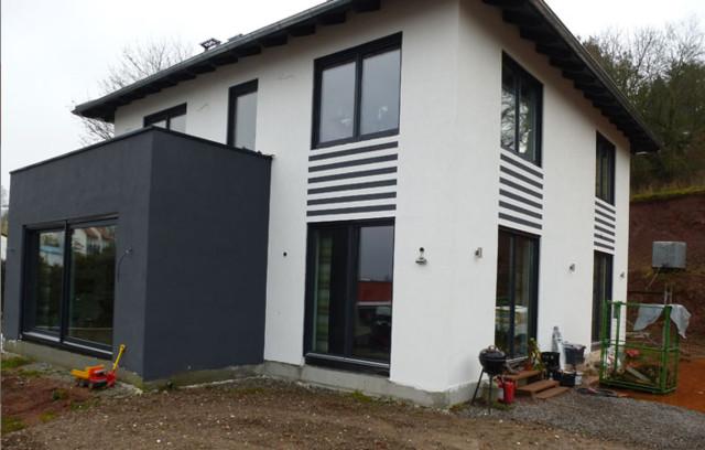 Moderne stadtvilla mit wohnzimmer erweiterung in rimbach for Modernes haus fassade