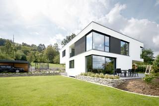 modernes haus mit terrasse und garten modern h user. Black Bedroom Furniture Sets. Home Design Ideas