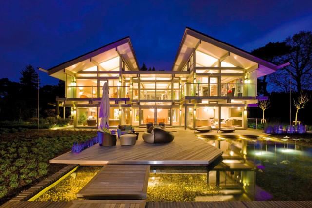 Modernes luxushaus mit teich und terrasse for Modernes haus terrasse