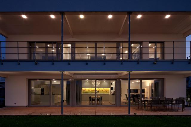 wohnzimmer mit moderner einrichtung holz bücherregale als raumteiler