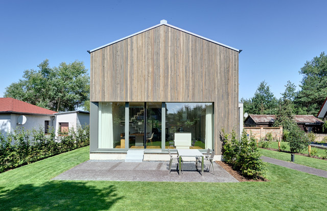 neubau eines ferienhauses mit holzfassade und hellem lichtband am meer modern haus fassade. Black Bedroom Furniture Sets. Home Design Ideas