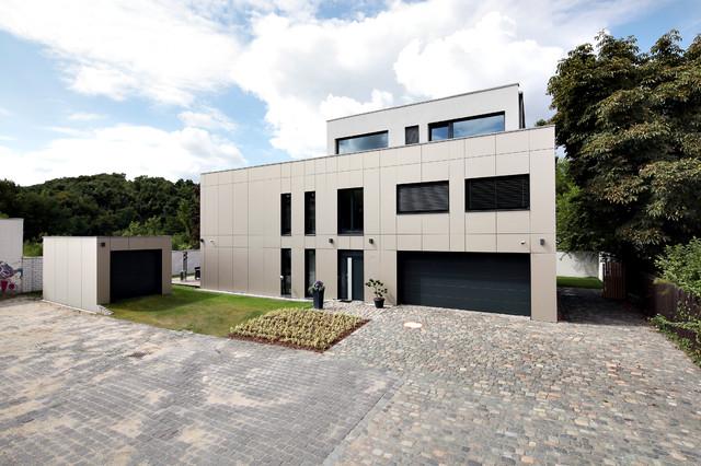 Villa fockeberg modern exterior leipzig by mann for Architekten bungalow modern