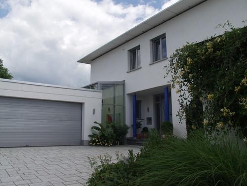 tolles haus ist das ein wintergarten zwischen haus und garage. Black Bedroom Furniture Sets. Home Design Ideas
