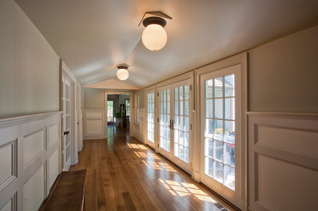 Antique Colonial farmhouse-hall
