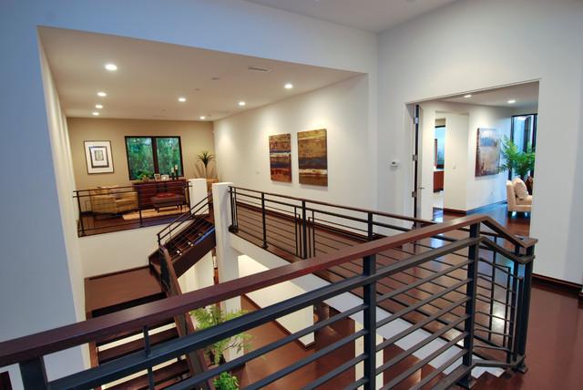 Example of a minimalist hallway design in Los Angeles