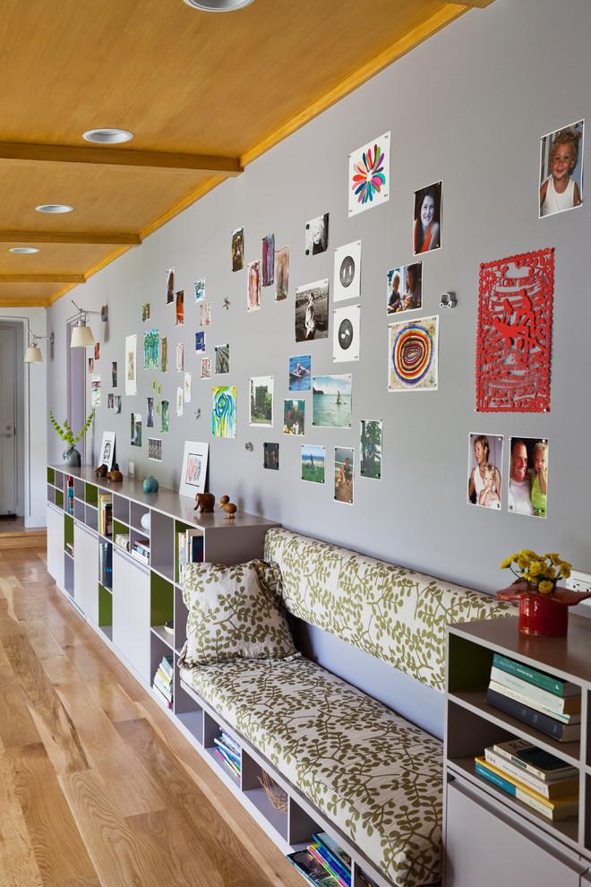 Cette image montre un couloir design avec un mur gris.