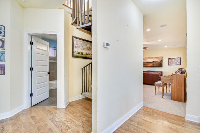 Example of a classic hallway design in Austin