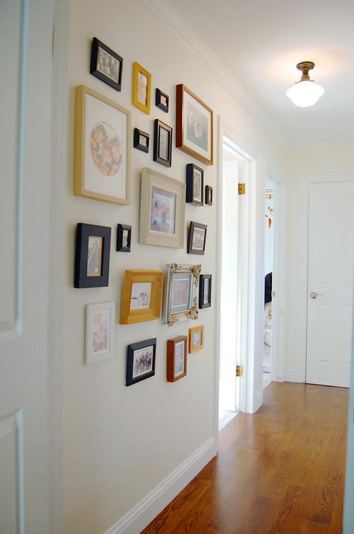 さし色を上手く使ったカラフルな額縁が白い壁に映えますね。殺風景になりがちな廊下の壁がパッと明るくまとまります。