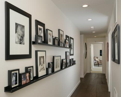 廊下に整然と並べられた額縁。高さの違いを生かしたデコボコさがユニークですね。細長いギャラリーのような雰囲気がGOOD!