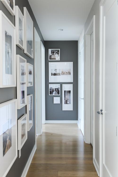モノトーンでまとめられたシックな廊下。空間の雰囲気に合わせて、額縁を選ぶのも楽しそうですね。