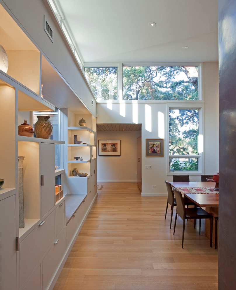 Example of a minimalist hallway design in Austin