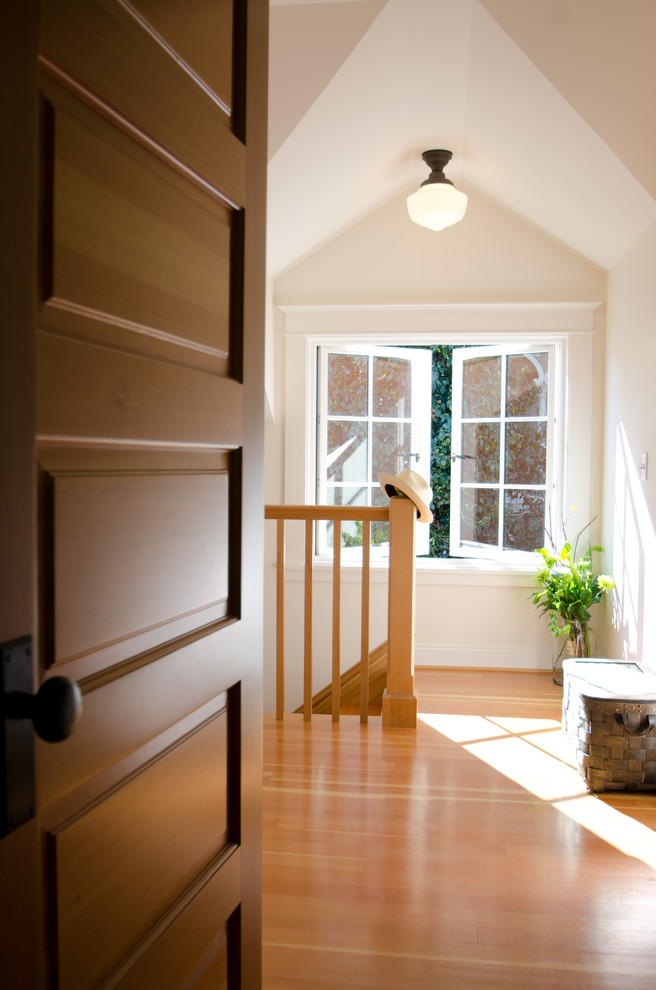 Example of a classic hallway design in Portland