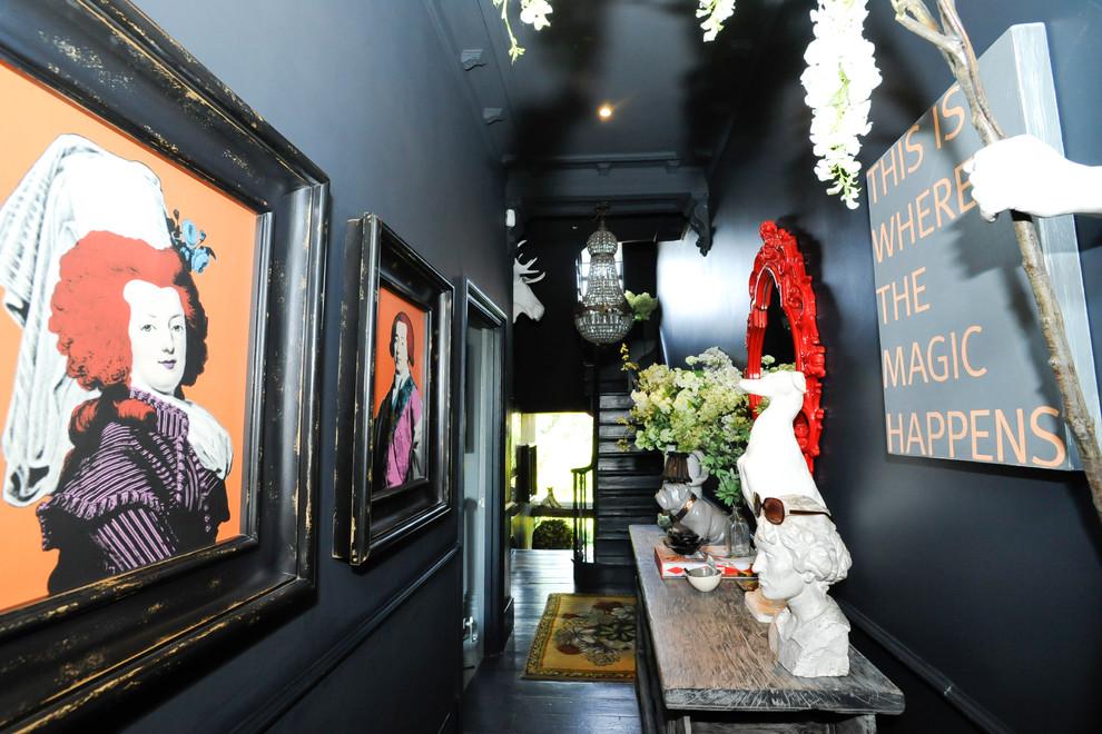 ロンドンのエクレクティックスタイルの廊下の画像 (黒い床)