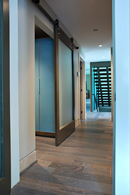 High Design in Regular-Looking Ranch contemporary-hall