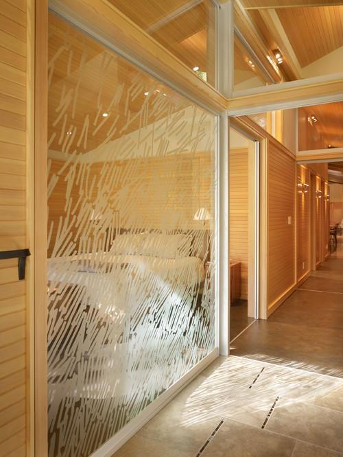 ベッドを1台置いてあるだけの広さの部屋なら、壁をガラスにすることで窮屈さを解消できます。個室感も感じられますよ。