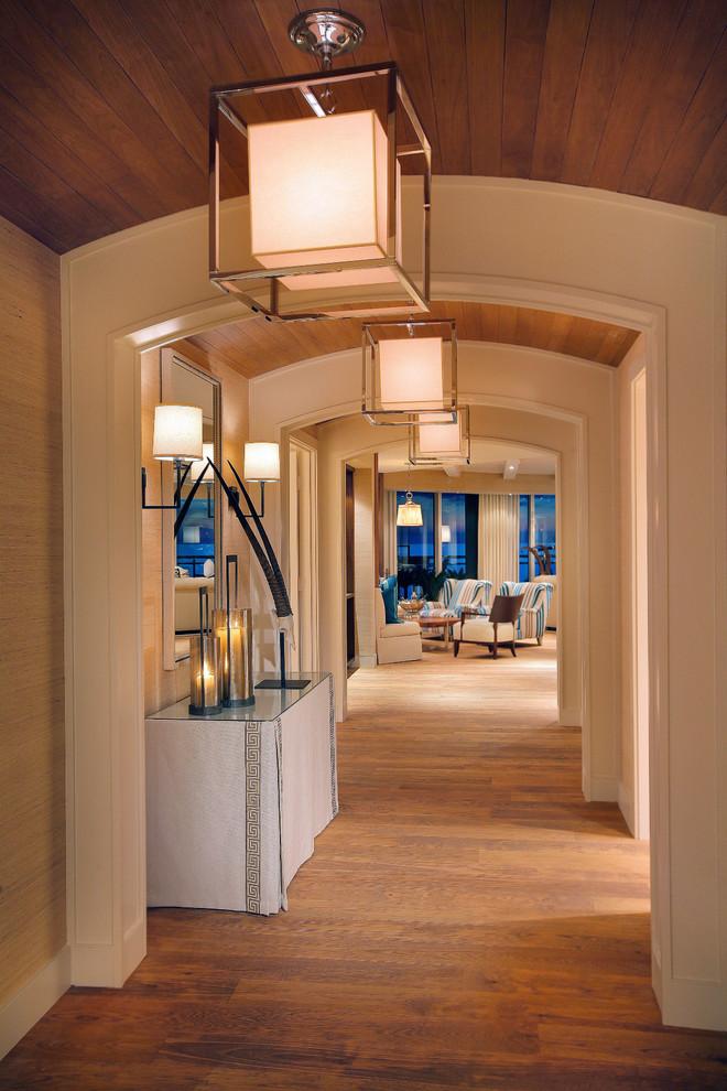 Imagen de recibidores y pasillos contemporáneos con suelo de madera en tonos medios y iluminación