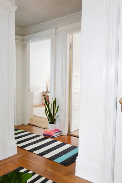 Foto de recibidores y pasillos eclécticos, pequeños, con paredes blancas y suelo de madera en tonos medios