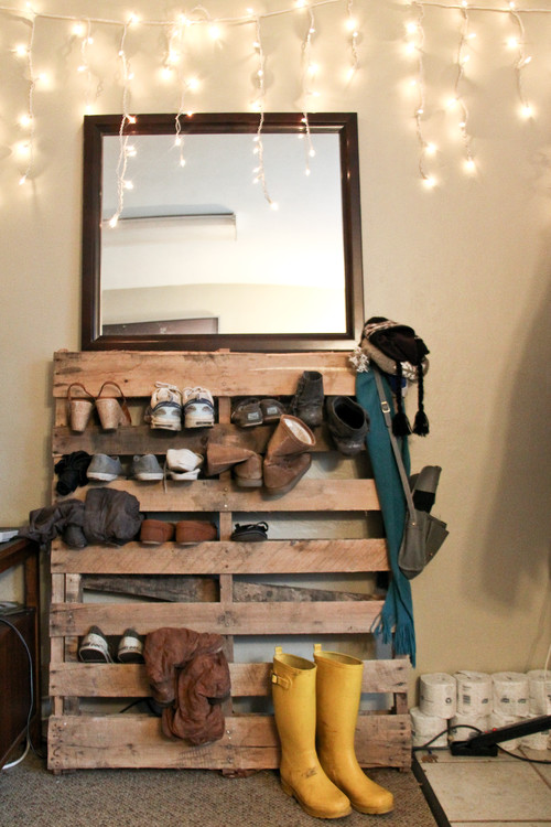 Shoe storage ideas that look nothing like a pile at the - Idee deco avec palettes bois ...