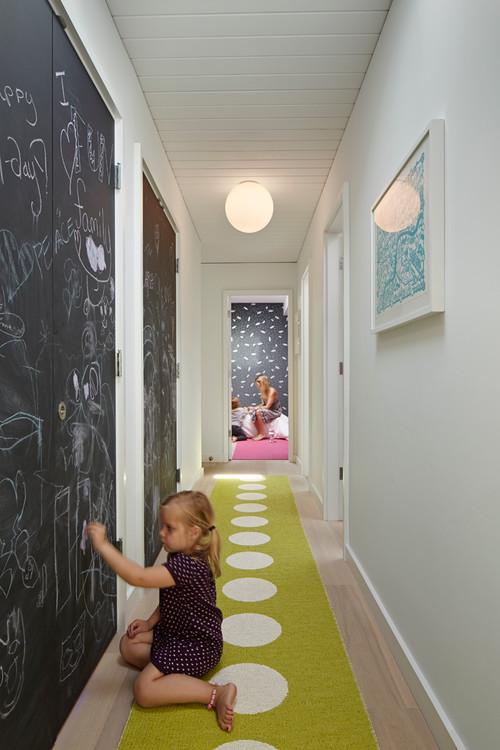 pizarra para tus hijos en el pasillo