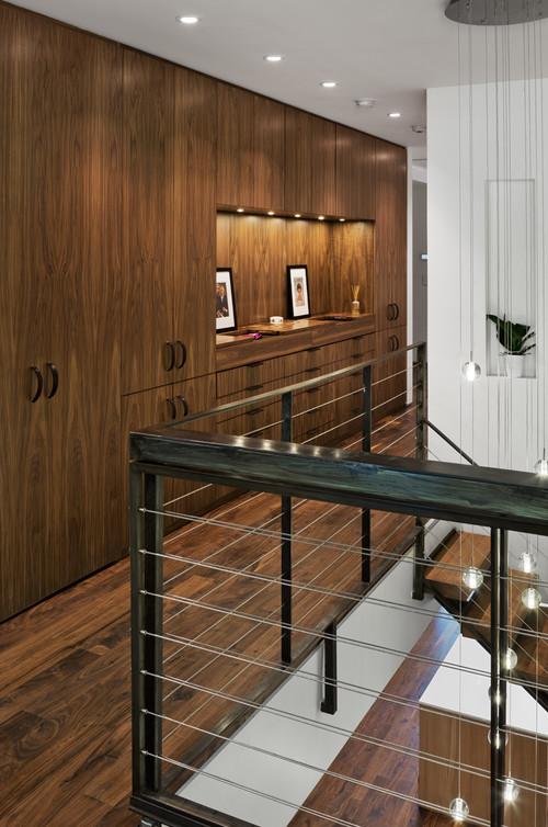 деревянные шкафы сплашной плоскостью от лестницы таунхауса