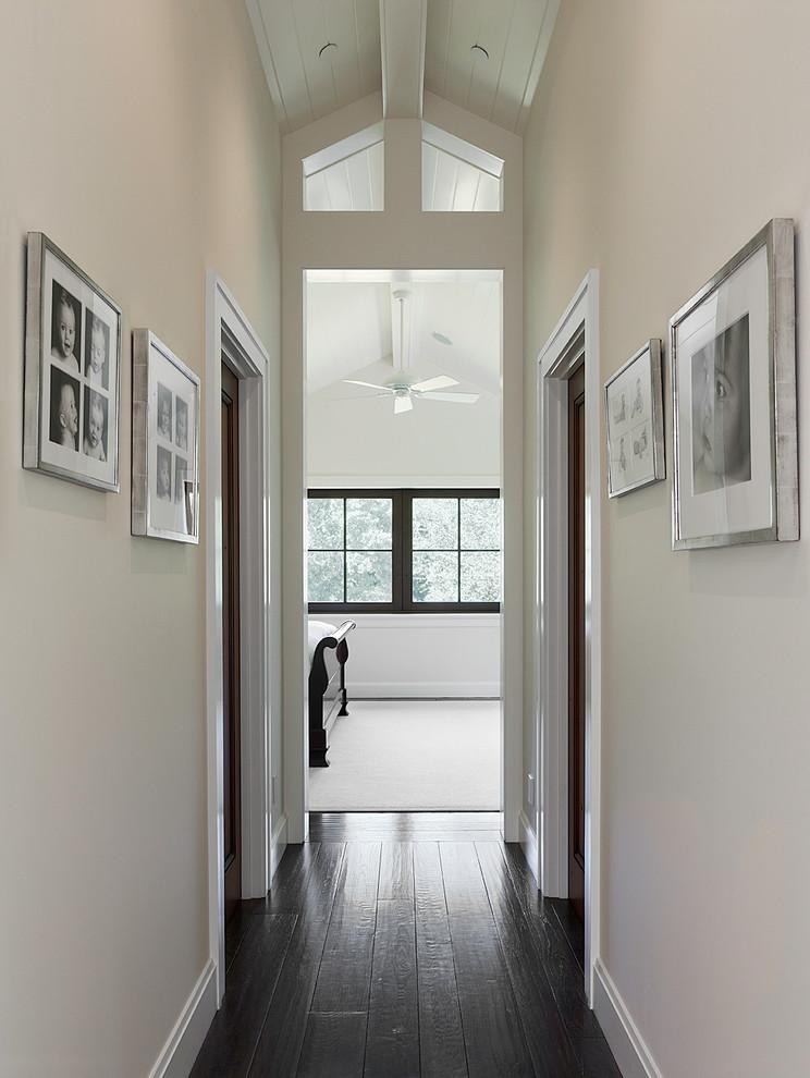 Diseño de recibidores y pasillos de estilo americano con paredes blancas y suelo de madera oscura