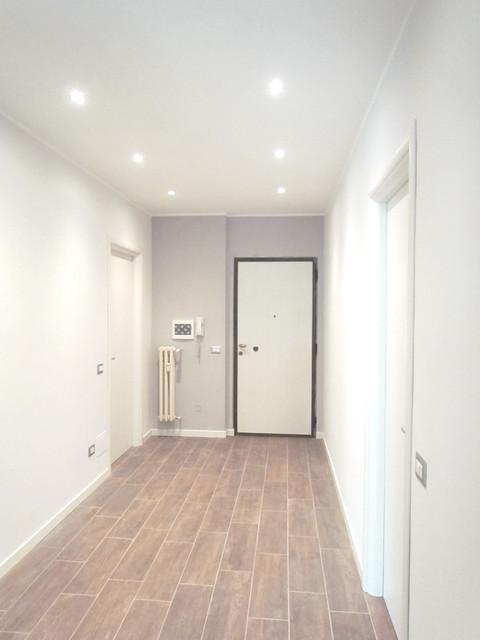 Ristrutturazione colori illuminazione porte moderno corridoio milano di easy relooking - Illuminazione ingresso casa ...