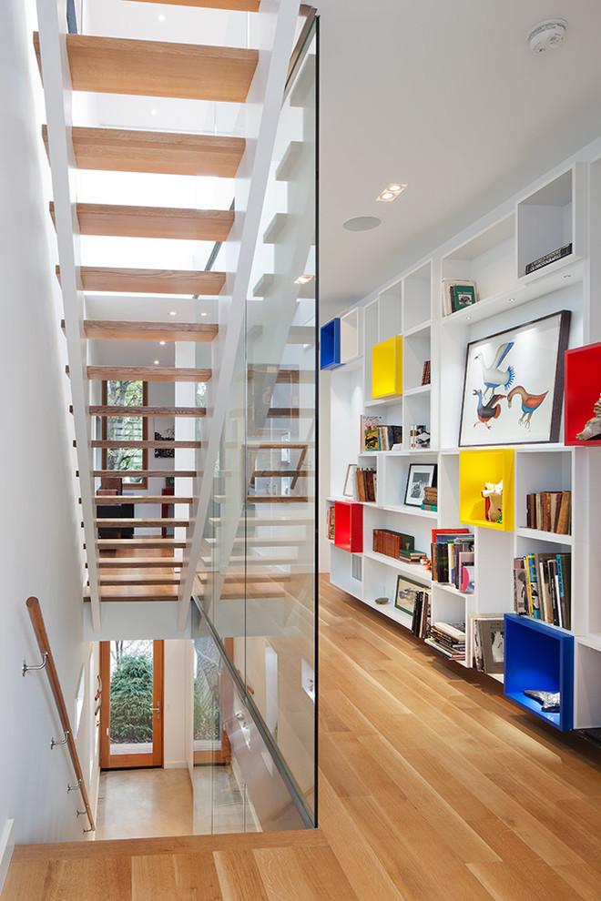 Inspiration för små moderna hallar, med vita väggar och mellanmörkt trägolv