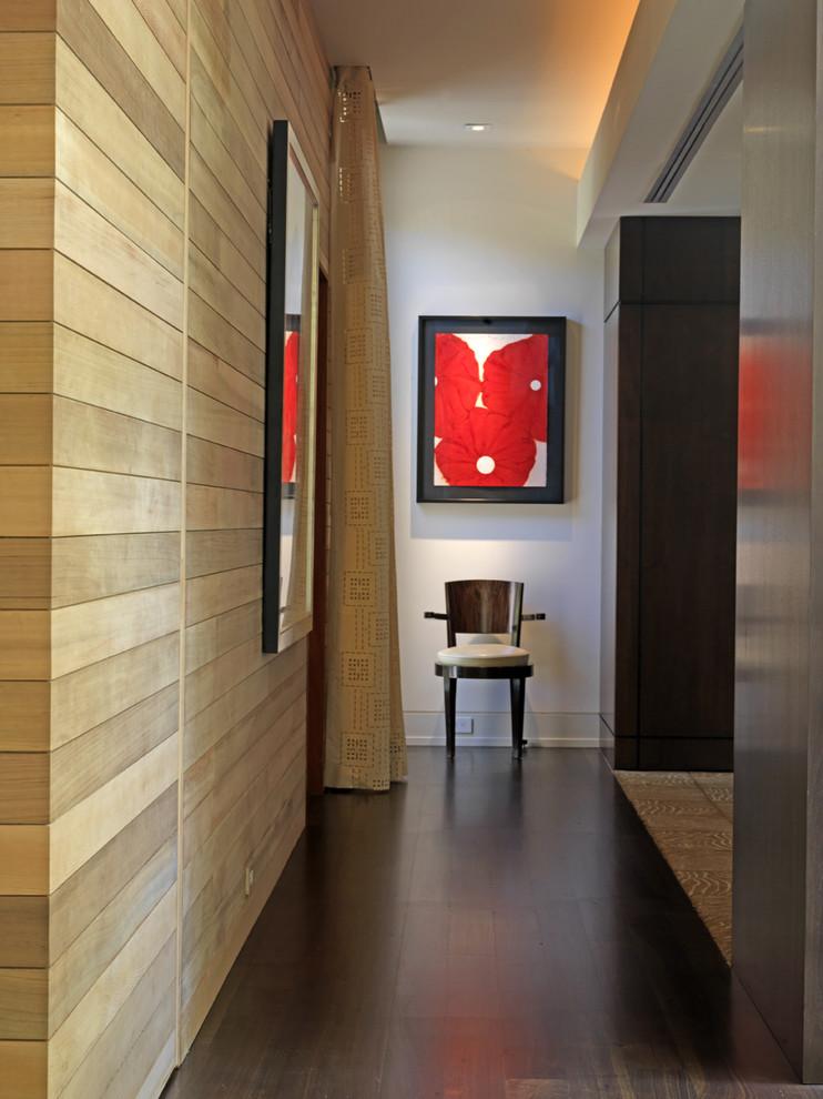 Идея дизайна: коридор в современном стиле с белыми стенами и темным паркетным полом