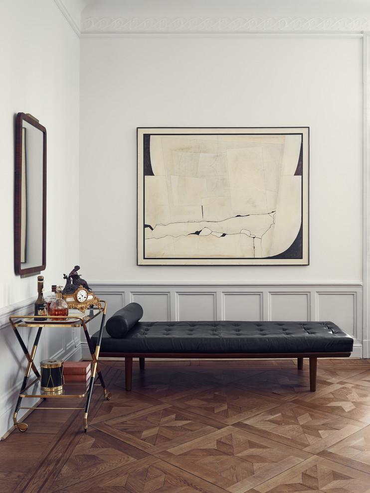 Inredning av en minimalistisk mellanstor drinkvagn, med mellanmörkt trägolv och brunt golv