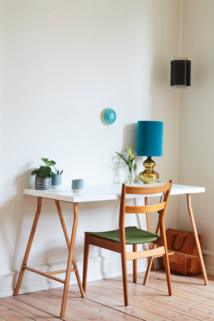 Exempel på ett litet 60 tals arbetsrum, med vita väggar, ljust trägolv, ett fristående skrivbord och beiget golv