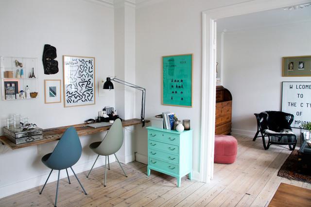 Idéer för ett mellanstort skandinaviskt hemmabibliotek, med vita väggar, ljust trägolv och ett inbyggt skrivbord