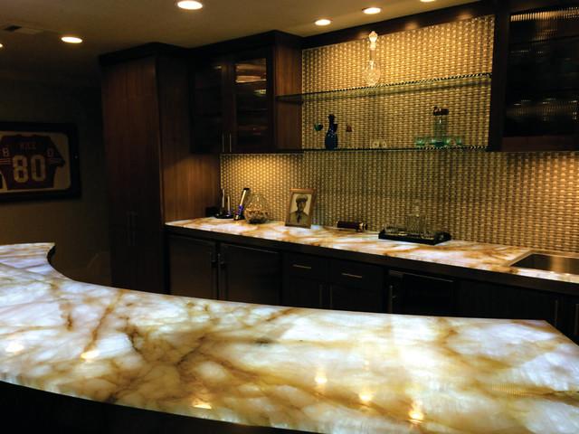 Attirant Backlit Onyx Downstairs Bar, Texas Traditional Home Bar