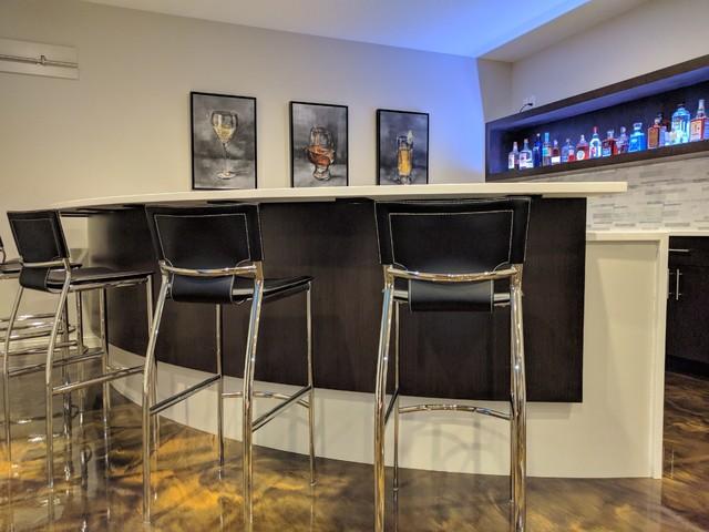 Minimalist home bar photo in Indianapolis