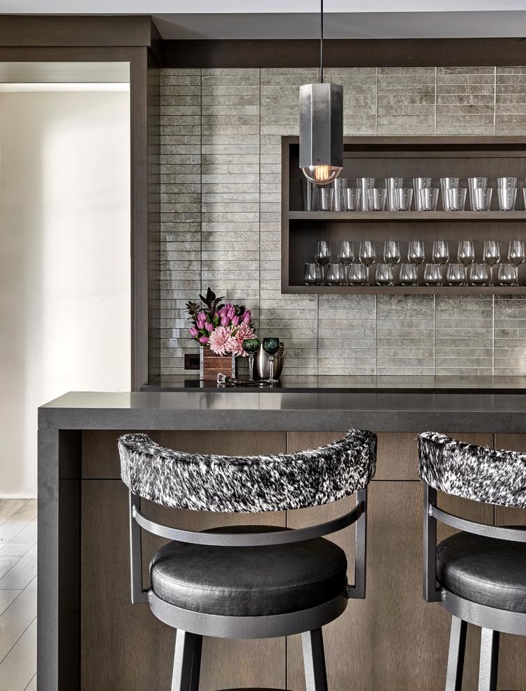 Ejemplo de bar en casa contemporáneo con encimeras grises