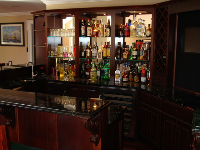 Example of a classic home bar design in New York