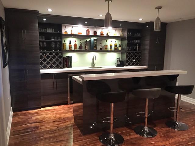 High gloss modern basement bar modern hemmabar for Bares modernos para casas