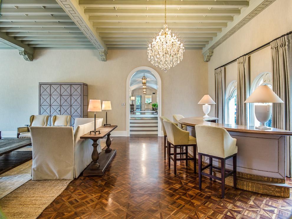 Ejemplo de bar en casa con barra de bar clásico con armarios tipo mueble, suelo de madera en tonos medios y suelo marrón