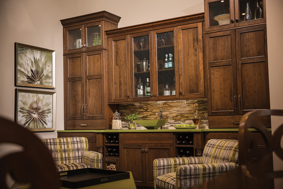 Example of a mid-sized classic home bar design in Chicago