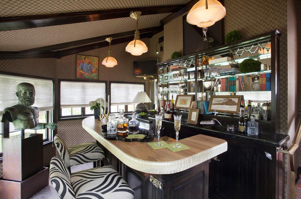 Imagen de bar en casa con barra de bar de galera, ecléctico, de tamaño medio, con puertas de armario de madera en tonos medios, armarios con paneles con relieve, encimera de granito, moqueta, suelo beige, encimeras beige y salpicadero con efecto espejo