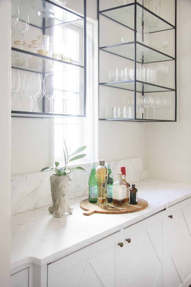 Imagen de bar en casa tradicional renovado con puertas de armario blancas y encimera de mármol