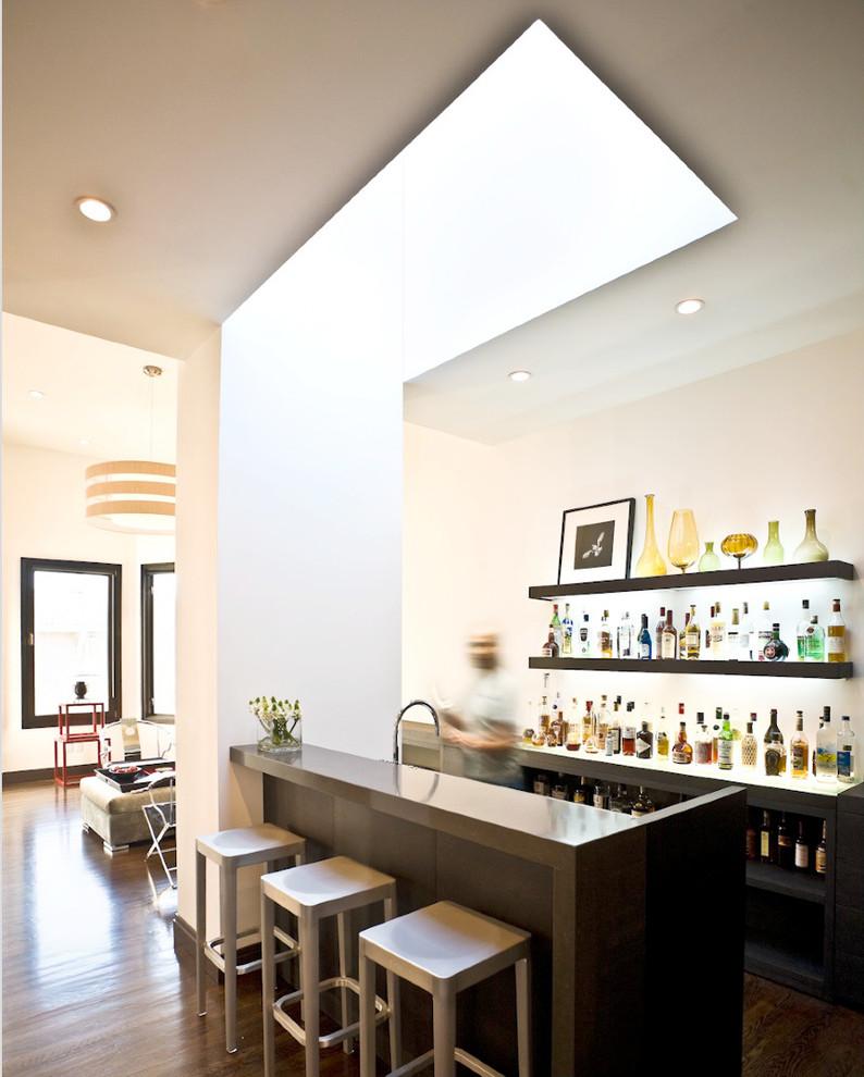 Diseño de bar en casa con barra de bar de galera, contemporáneo, de tamaño medio, con suelo de madera oscura, armarios abiertos y puertas de armario de madera en tonos medios