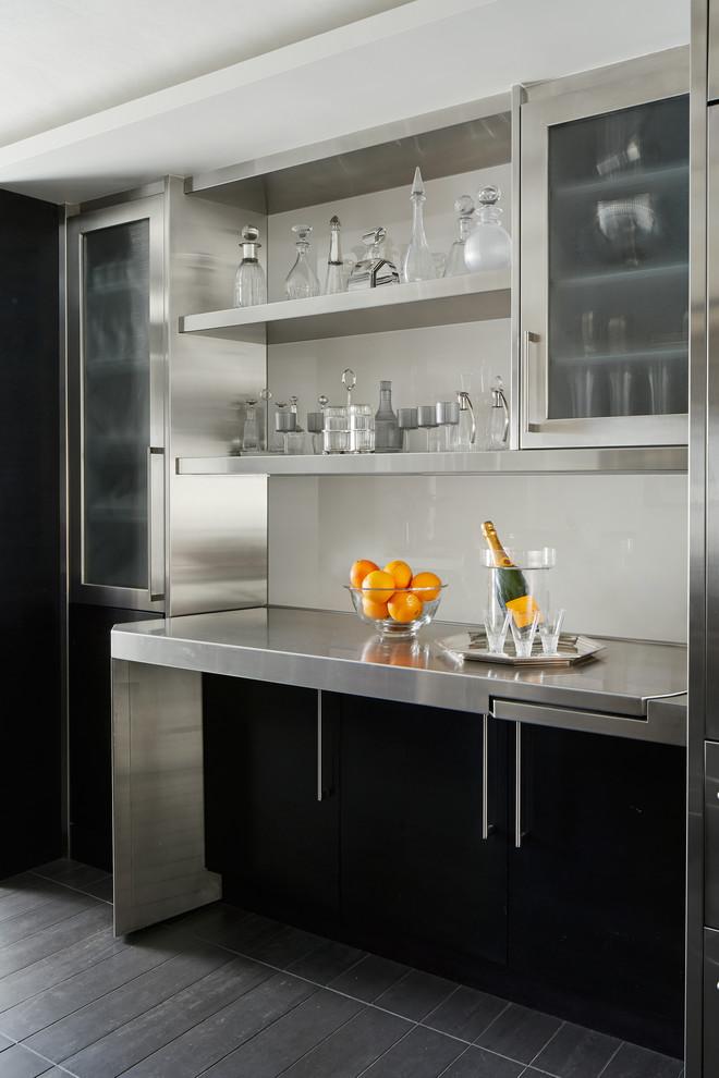 Diseño de bar en casa lineal, contemporáneo, sin pila, con armarios abiertos, encimera de acero inoxidable, salpicadero blanco, salpicadero de vidrio templado y suelo negro