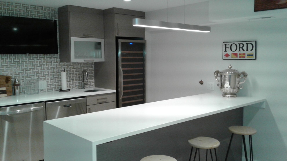 Example of a minimalist home bar design in Denver