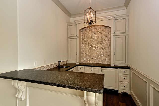 Example of a classic home bar design in Houston