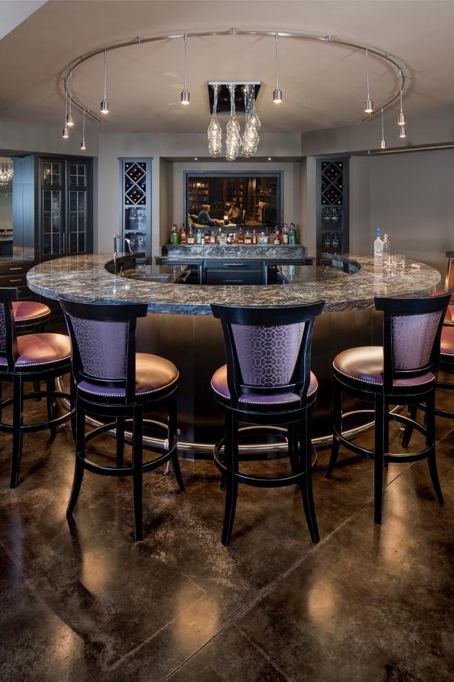 Immagine di un ampio bancone bar design con lavello sottopiano, ante di vetro, ante in legno bruno, pavimento in cemento e pavimento grigio