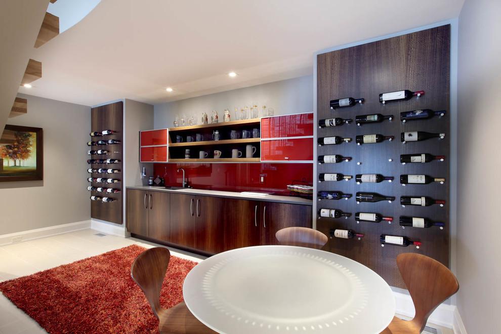 Imagen de bar en casa lineal, contemporáneo, grande, con fregadero bajoencimera, armarios con paneles lisos, puertas de armario de madera en tonos medios, salpicadero rojo y salpicadero de vidrio templado